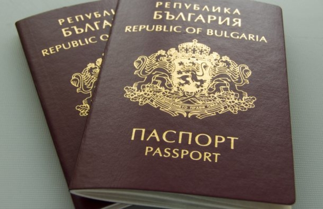 """Бугарски """"Труд"""": Македонски граѓани повторно чекаат во редици за бугарски пасоши (ФОТО)"""