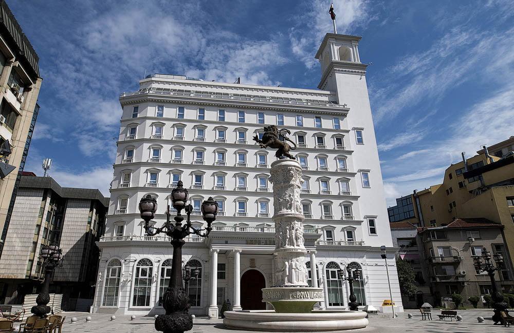 ВМРО-ДПМНЕ: Партиски функционери и нивни роднини се на листата на владини хонорарци