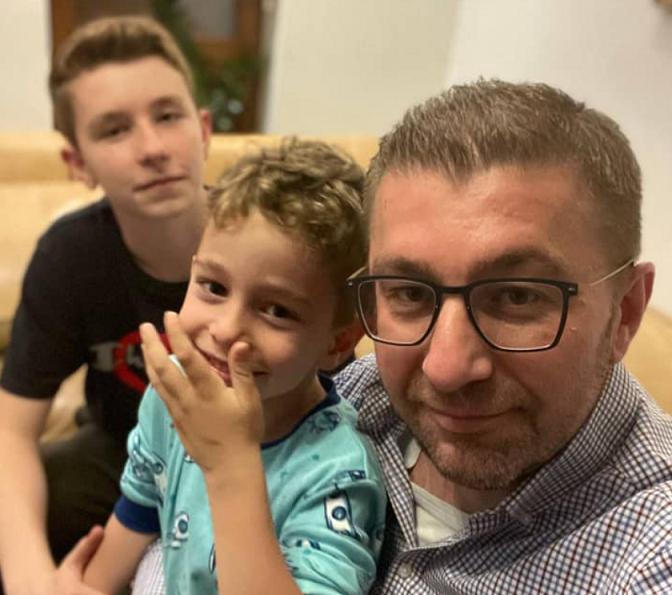 Мицкоски му честиташе полуматура на синот(ФОТО)